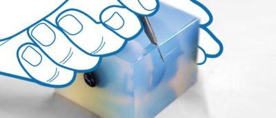 Freischneiden eines Produktes aus der Silikonform im Vakuumguss SYNPRO
