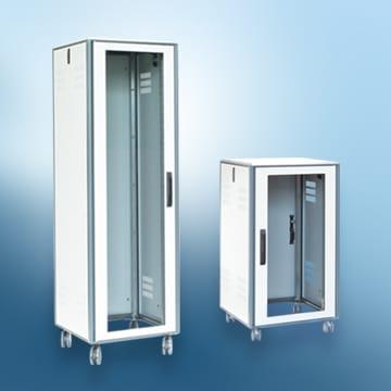 Das Schranksystem aprack mit Sichttür und Rollen in zwei verschiedenen Höhen