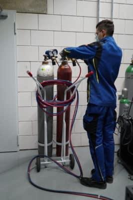 Das Einstellen der Gasflaschen für den Arbeitsprozess des Autogenschweißens