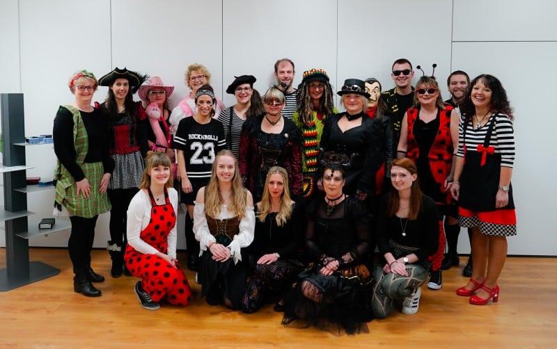Gruppenfoto der verkleideten apra-Mitarbeiter an Karneval